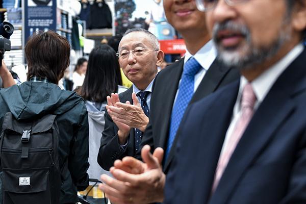 Uniqlo khai trương, ông chủ giàu nhất Nhật Bản vỗ tay đón khách Việt