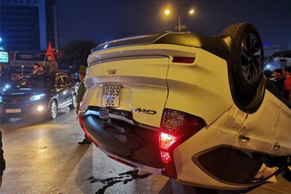 Honda CRV lật ngửa giữa dòng người mừng chiến thắng SEA Games