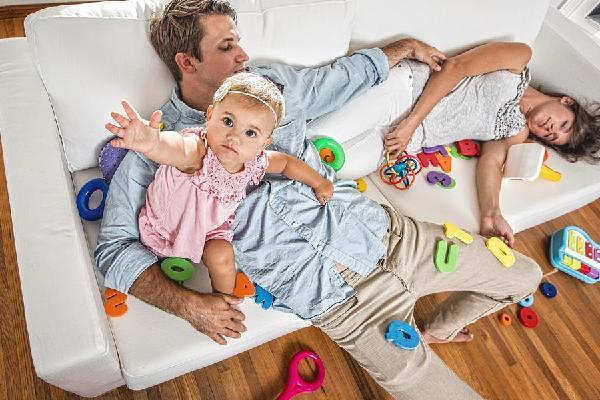 Từ khi có con nhỏ, cha mẹ sẽ thiếu ngủ 6 năm liền và phải chịu nhiều áp lực khác