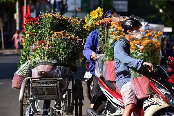 Đổ xô mua hoa Tết đại hạ giá ở trung tâm TP.HCM