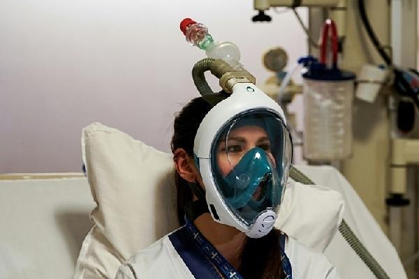 Dùng mặt nạ lặn thay máy thở