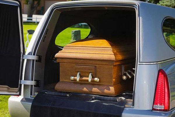 Chuẩn bị chôn cất con trai, bố mẹ rùng mình ớn lạnh khi mở nắp quan tài