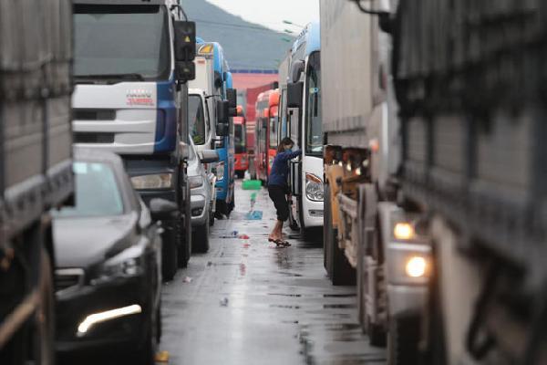 Hành khách mệt mỏi kéo vali đi bộ tìm nơi nghỉ, tài xế tranh thủ chợp mắt trên Quốc lộ vì bão số 9