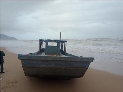 Chiếc thuyền lạ vừa được phát hiện trôi dạt vào bờ biển Lăng Cô, tỉnh Thừa Thiên - Huế. Ảnh: Dân Việt