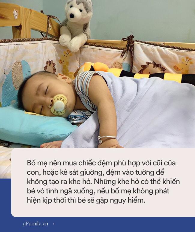 Vụ bé 6 tháng tuổi tử vong vì kẹt giữa đệm và tường: Dù con ngủ chung hay riêng, bố mẹ đều phải nhớ loạt nguyên tắc này để bé không gặp nguy hiểm - 1