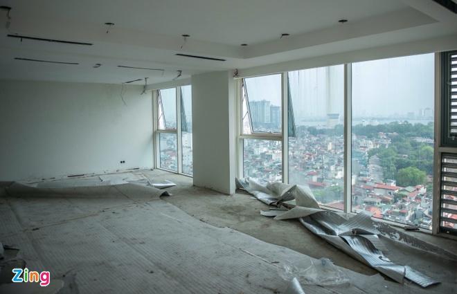 Tầng 18, 19 tòa nhà 8B Lê Trực được phá dỡ, nhưng giữ lại hệ thống cột, dầm chịu lực để đảm bảo an toàn cho tòa nhà. Ảnh: Hải Nam.