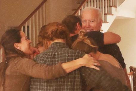 Ông Biden được người thân ôm lấy. Ảnh: Twitter.
