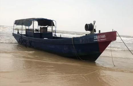 Tàu có in chữ Trung Quốc dạt vào biển Quảng Trị. Ảnh: Người Lao Động