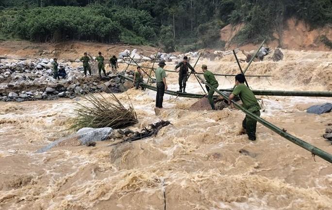 Làm cầu tạm đoạn suối hướng vào xã Phước Thành, Phước Lộc Ảnh: Công an Quảng Nam.