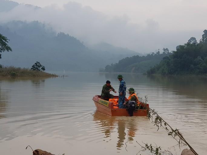 Lực lượng chức năng tổ chức tìm kiếm 13 nạn nhân mất tích trên khu vực sông Leng và lòng hồ thủy điện Sông Tranh 2 Ảnh: Hoàng Thọ.