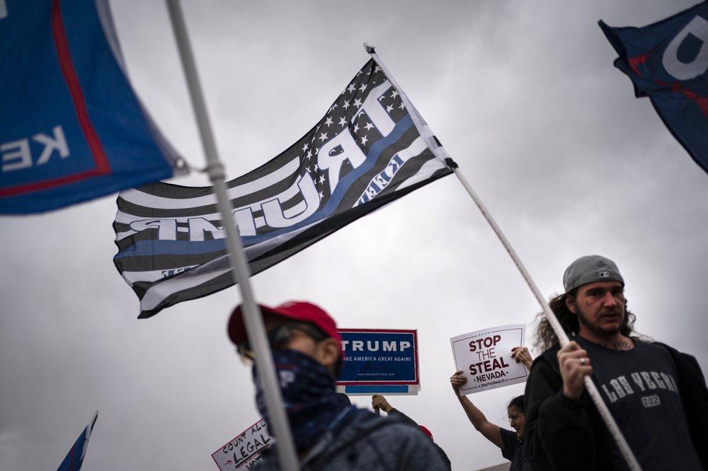 Người ủng hộ ông Trump đã đổ ra đường trên khắp nước Mỹ để phản đối việc các hãng tin tuyên bố ông Biden chiến thắng. Ảnh: Reuters.
