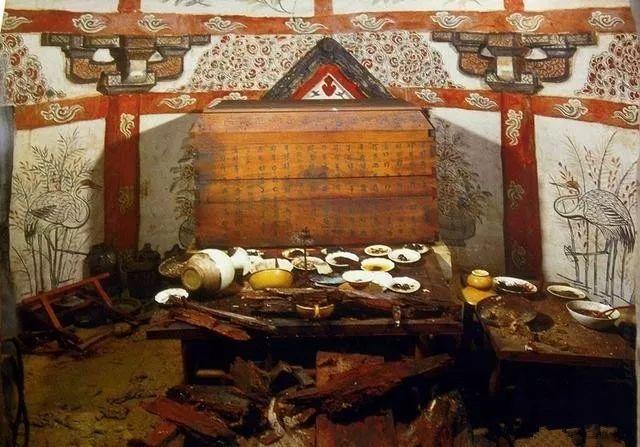 Cảnh tượng bàn tiệc được bày biện trong lăng mộ khiến ai cũng phải giật mình. Ảnh: Sohu.