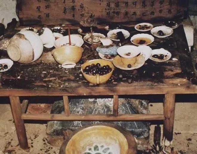 Nhìn qua bàn ăn này trông giống như vừa mới bị bỏ lại, không ai ngờ nó đã ở đây 1.000 năm. Ảnh: Sohu.
