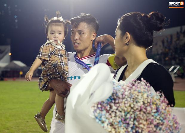Trước đó, Bùi Tiến Dũng hành động hoàn toàn bình thường. Anh dẫn vợ, con gái Sushi và bố mẹ xuống sân ăn mừng