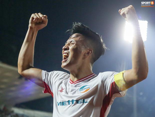 Bùi Tiến Dũng hét lớn, ăn mừng cuồng nhiệt cùng các CĐV sau khi cùng Viettel đánh bại Sài Gòn FC 1-0 ngay tại sân Thống Nhất