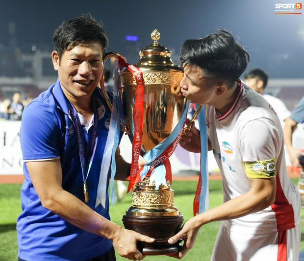 Anh cùng HLV Hải Biên ăn mừng bên chiếc cúp vô địch
