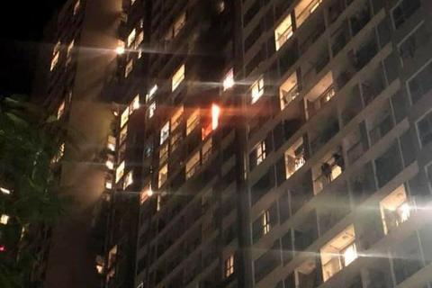 Lửa bốc lên từ ban công căn hộ ở khu đô thị Times City - Park Hill. Ảnh: Tuan Anh Vu.