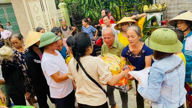 Chị Hương rút 1,5 tỷ đồng tiền tiết kiệm cứu trợ miền Trung.
