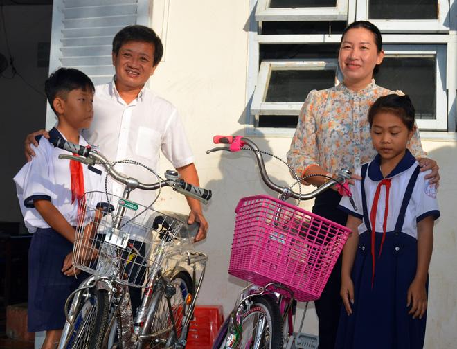 Ông Đoàn Ngọc Hải tặng quà và mời học sinh ở U Minh Hạ ăn phở - Ảnh 1.