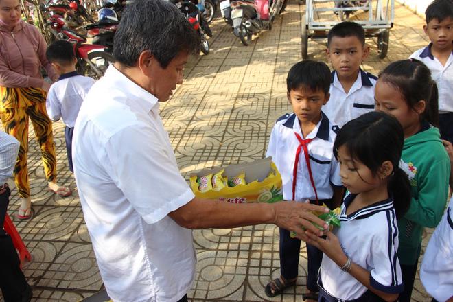 Ông Đoàn Ngọc Hải tặng quà và mời học sinh ở U Minh Hạ ăn phở - Ảnh 2.