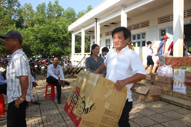 Ông Đoàn Ngọc Hải tặng xe đạp và trao quà cho học sinh Trường Tiểu học Đỗ Thừa Luông.