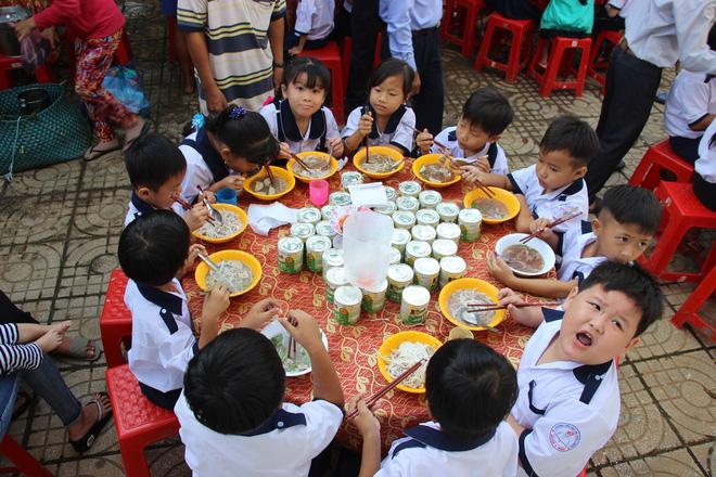 Ông Đoàn Ngọc Hải tặng quà và mời học sinh ở U Minh Hạ ăn phở - Ảnh 4.