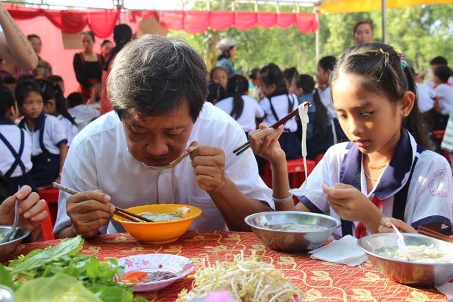 Ông Đoàn Ngọc Hải tặng quà và mời học sinh ở U Minh Hạ ăn phở - Ảnh 5.