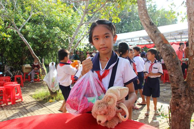 Ông Đoàn Ngọc Hải tặng quà và mời học sinh ở U Minh Hạ ăn phở - Ảnh 7.