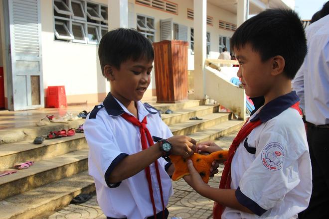 Ông Đoàn Ngọc Hải tặng quà và mời học sinh ở U Minh Hạ ăn phở - Ảnh 8.