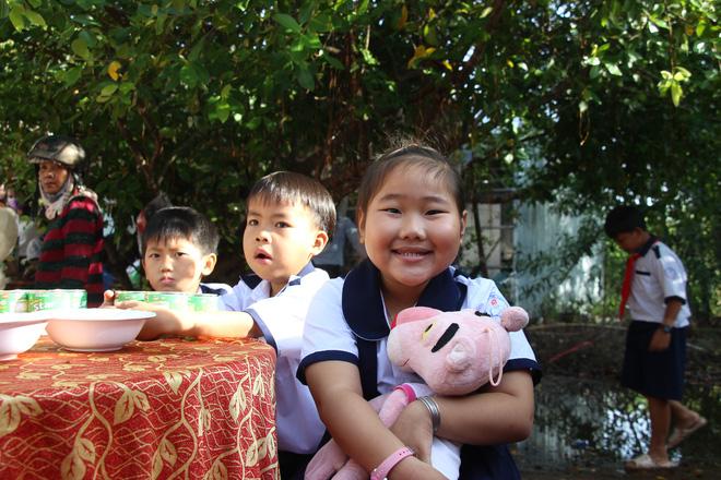 Ông Đoàn Ngọc Hải tặng quà và mời học sinh ở U Minh Hạ ăn phở - Ảnh 9.