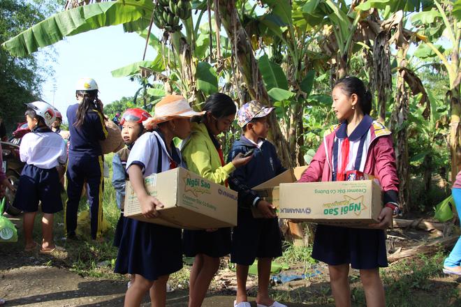 Ông Đoàn Ngọc Hải tặng quà và mời học sinh ở U Minh Hạ ăn phở - Ảnh 10.