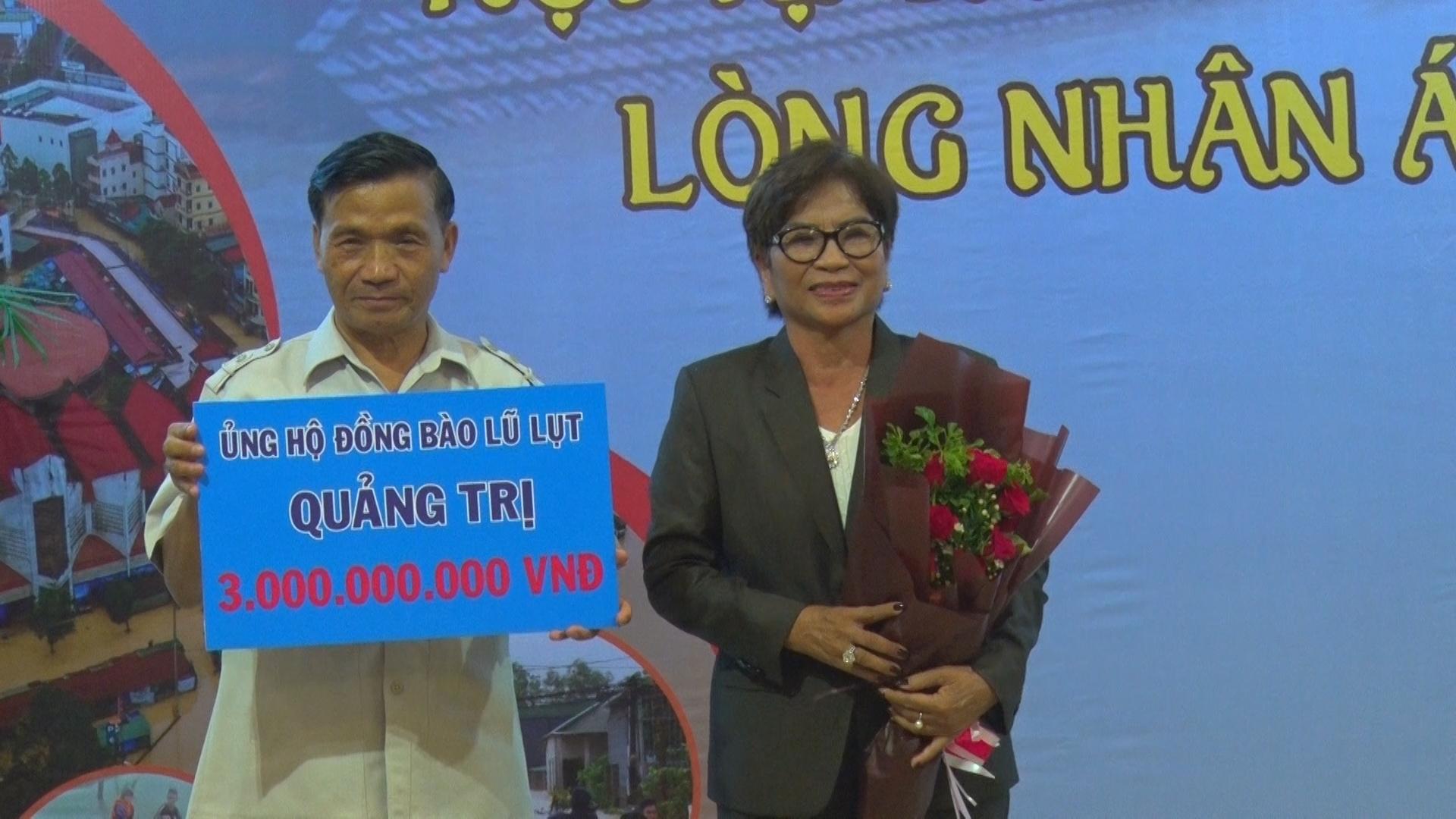 Công ty TNHH Thương mại vận tải và Du lịch Xuyên Việt Oil đóng góp ủng hộ quê hương Quảng Trị 3 tỉ đồng -Ảnh: T.H