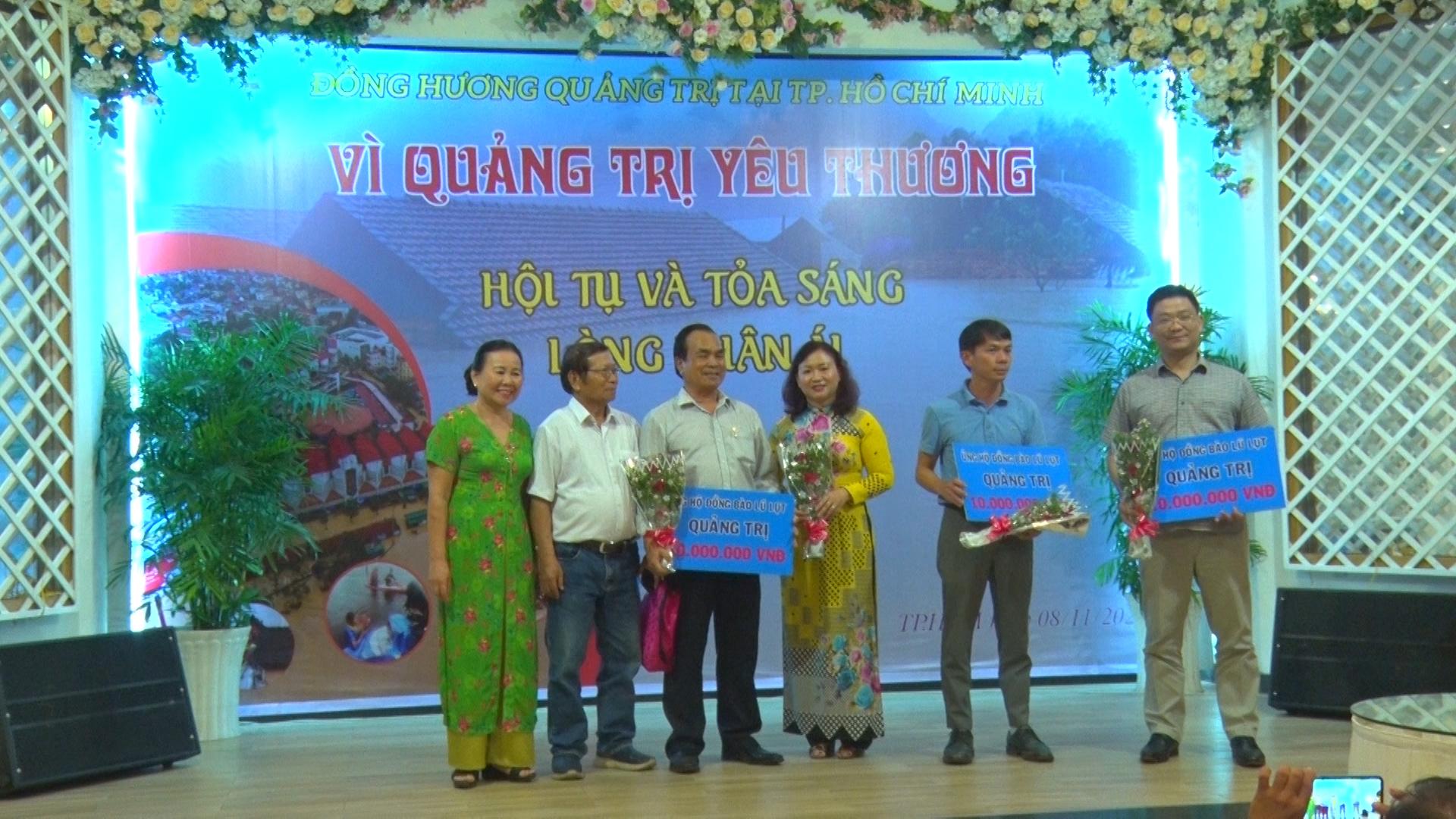 Nhiều tổ chức, cá nhân quyên góp ủng hộ quê hương Quảng Trị khắc phục hậu quả lũ lụt -Ảnh: T.H
