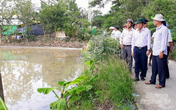Ông Lưu Hoàng Ly, Giám đốc Sở NN-PTNT tỉnh Bạc Liêu kiểm tra tình hình lúa bị thiệt hại tại huyện Hòa Bình và huyện Vĩnh Lợi. Ảnh: TL.
