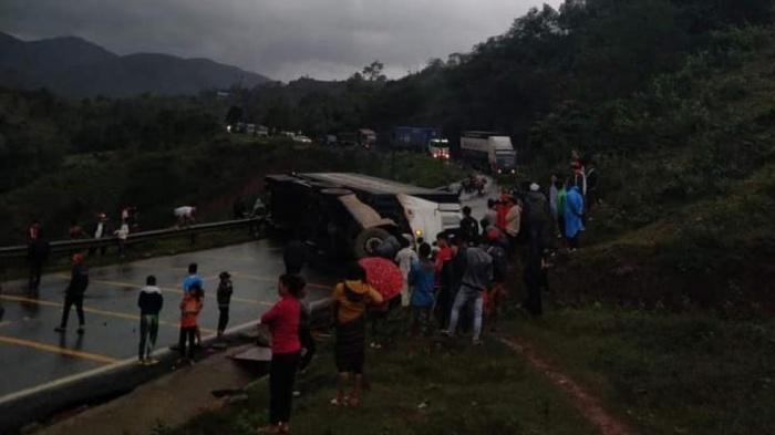 Hiện trường vụ tai nạn khiến Quốc lộ 9 ách tắc