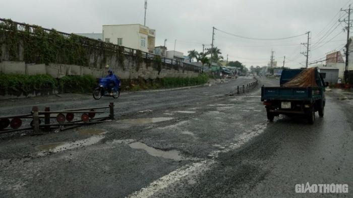 Khu vực chân cầu Định Thành (xã Tân Thạnh, TX. Giá Rai, Bạc Liêu) bị hư hỏng nghiêm trọng.