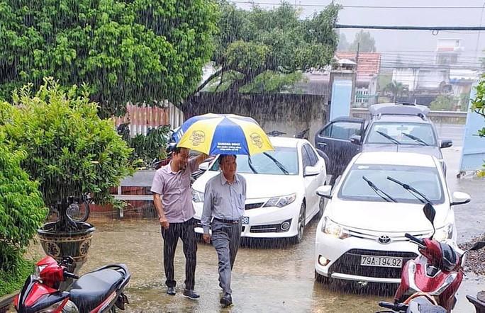 Bức ảnh ông Lê Tấn Bản đi thị sát công tác phòng chống bão số 12. Ảnh: Trung Tân.