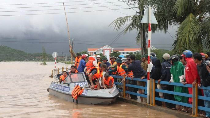 Cứu nạn người dân vùng ngập ở Vạn Ninh.