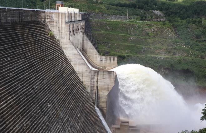 Thủy điện Sông Tranh 2 vận hành xả lũ. Ảnh: Thanh Đức.