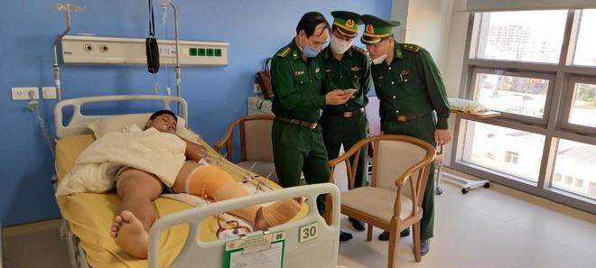 Trung úy Chiến bị trúng đạn ở đùi được đưa đi cấp cứu.