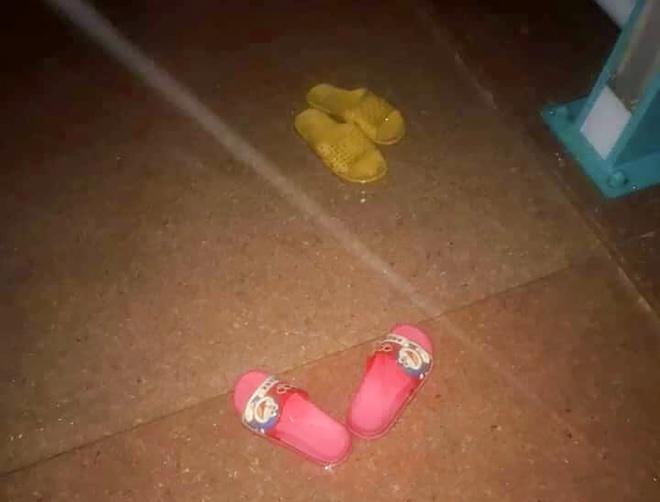 Hai đôi dép trẻ em để bên hành lang cầu Thạch Bích, TP Quảng Ngãi. Ảnh: Ánh Như.
