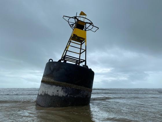 Một phao sắt hình trụ có đèn phát tín hiệu và thiết bị định vị được phát hiện tại vùng biển xã Bình Châu, huyện Bình Sơn, tỉnh Quảng Ngãi.
