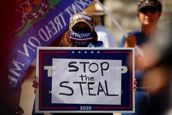 """Một người ủng hộ ông Trump giơ tấm bảng """"Ngừng đánh cắp (bầu cử) ở bang Arizona hôm 7/11. Ảnh: Reuters."""