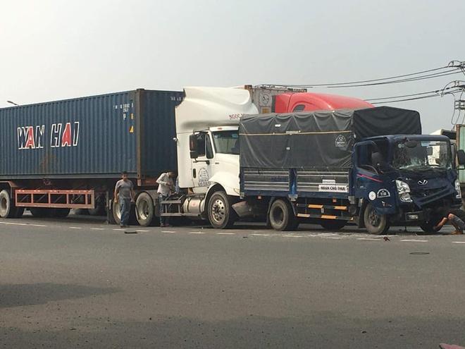 Ôtô tải bị xe đầu kéo tông từ phía sau. Ảnh: N.Y.