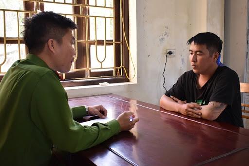 Công an huyện Hoa Lư ghi lời khai Trịnh Anh Tuấn.