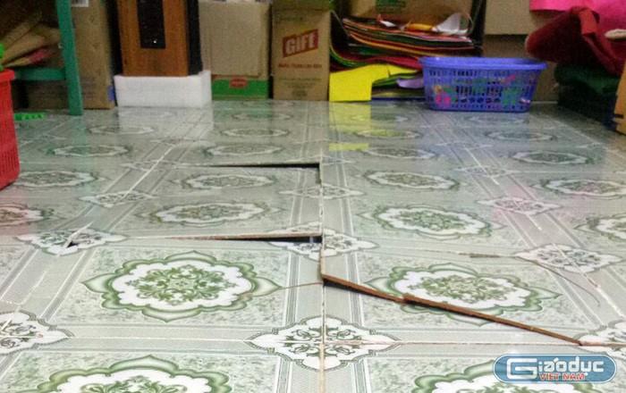 Gạch lát nền của phòng học bị nứt vỡ gây nguy hiểm cho trẻ (Ảnh: Phụ huynh cung cấp).