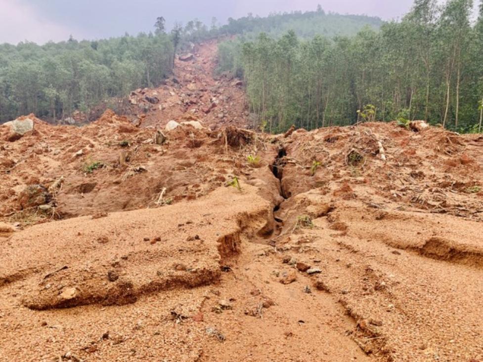 Điểm sạt lở tại chân núi Chai và núi Bục có hàng nghìn m3 đất đá đổ xuống, vùi lấp đường đi nhà dân; nhiều ha đất sản xuất cũng bị vùi lấp (ảnh: Hoài Nam).