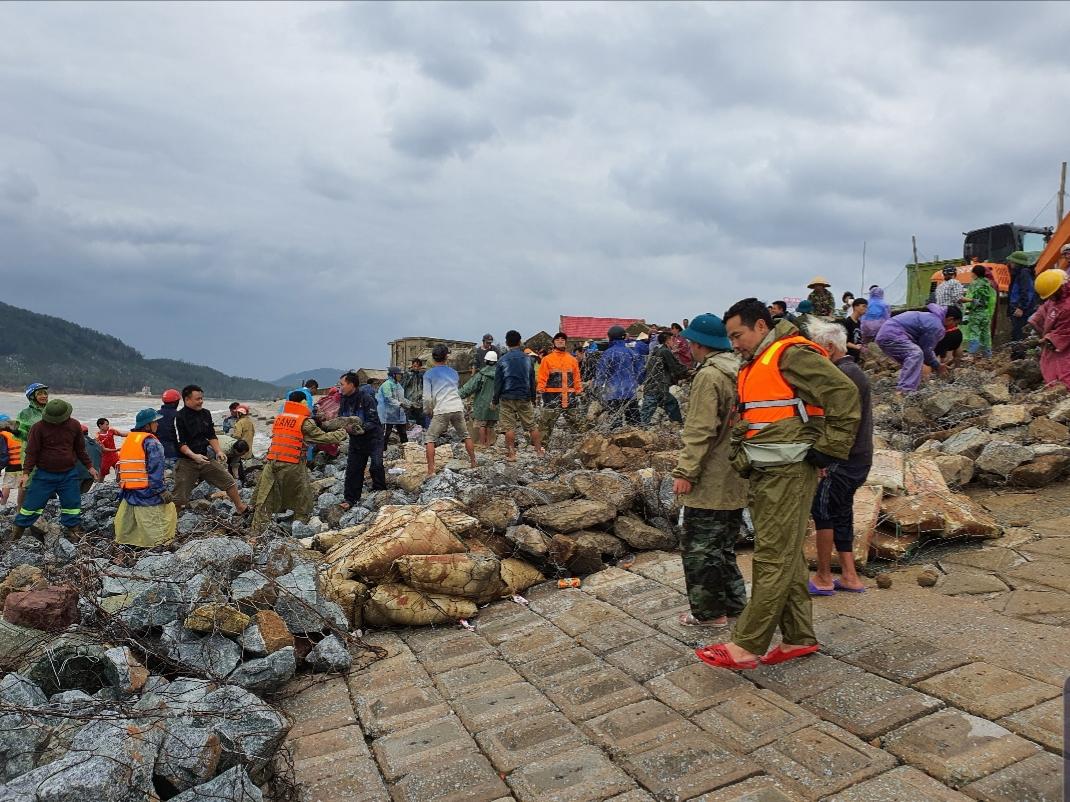 Lực lượng chức năng xã Cẩm Nhượng (huyện Cẩm Xuyên) gia cố lại kè biển.