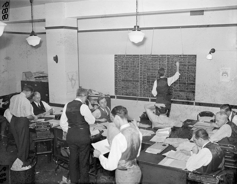 Các phóng viên hãng tin AP xử lý số liệu và đưa tin về bầu cử tổng thống Mỹ năm 1940. Ảnh: AP.