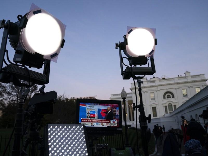 Giới truyền thông túc trực đưa tin ở bên ngoài Nhà Trắng hôm 6/11. Ảnh: AP.